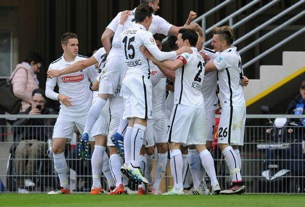 Jubel in der Freiburger Mannschaft über den 2:1-Sieg