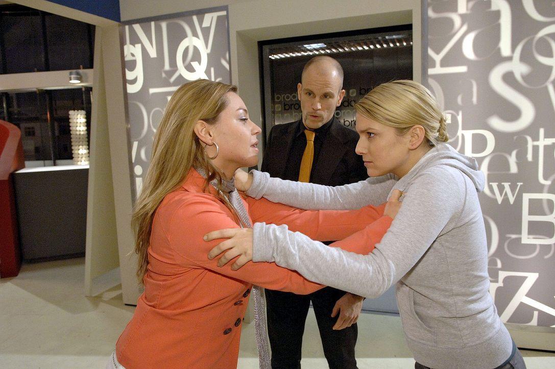 Als Katja Anna provoziert, kommt es zum Gerangel zwischen den Schwestern ... v.l.n.r.: Katja (Karolina Lodyga), Gerrit (Lars Löllmann), Anna (Jeanet... - Bildquelle: Claudius Pflug Sat.1