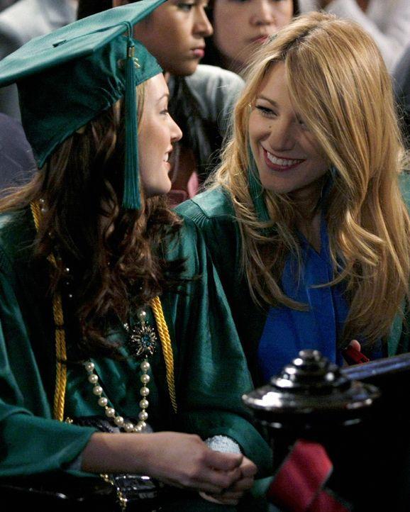 Die besten Freundinnen Blair (Leighton Meester, l.) und Serena (Blake Lively, r.) freuen sich gemeinsam über ihren Abschluss. Doch die gute Stimmung... - Bildquelle: Warner Brothers