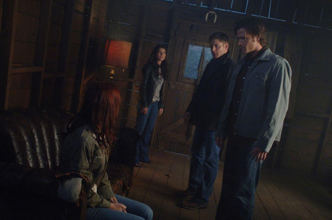 Sam (Jared Padalecki, r.)  und Dean (Jensen Ackles, 2.v.r.) erfahren von Ruby (Genevieve Cortese, 2.v.l.), dass der sehr mächtige Dämon Alastair a... - Bildquelle: Warner Brothers