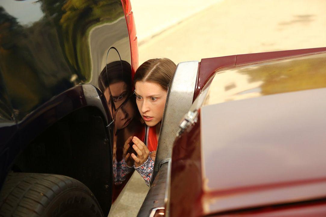 Sue (Eden Sher) hinterlässt an einem SUV ausversehen eine Delle, doch der Besitzer meldet sich einfach nicht ... - Bildquelle: Warner Bros.