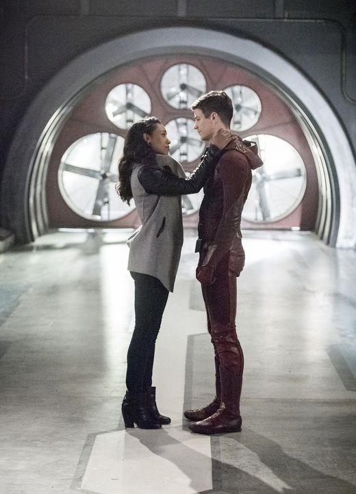 Nur noch 24 Stunden: Barry alias The Flash (Grant Gustin, r.) setzt alles daran, zu verhindern, dass Iris (Candice Patton, l.) wirklich von Savitar... - Bildquelle: 2016 Warner Bros.
