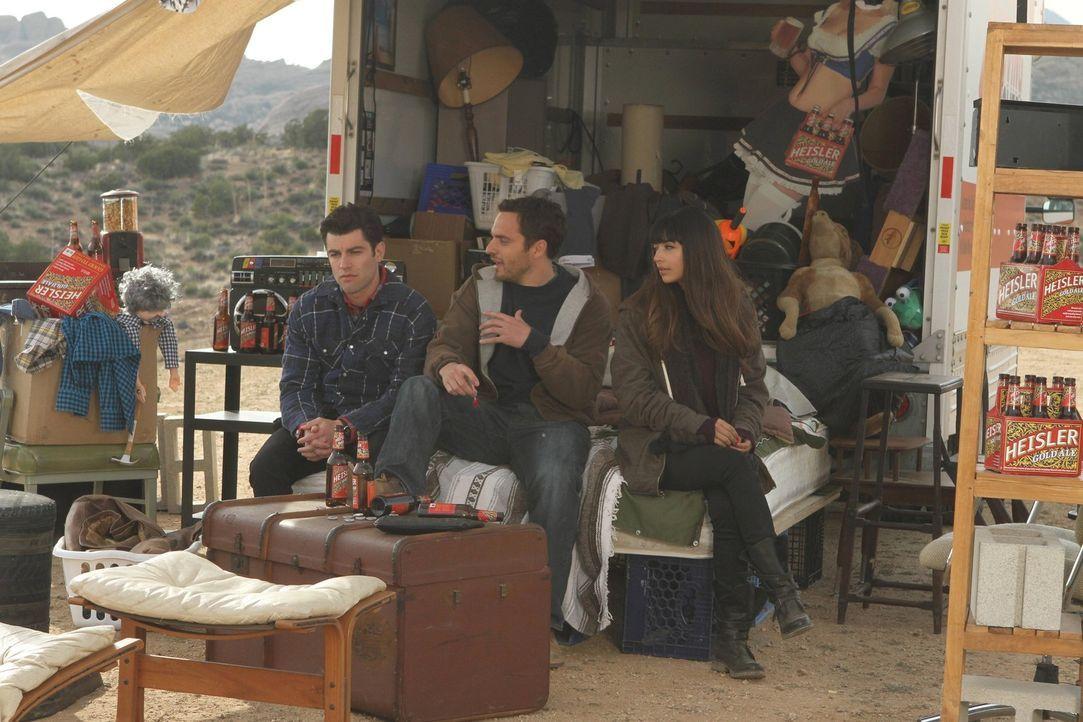 Ein ganz besonderer Moment in der Wüste: Nick (Jake M. Johnson, M.), Schmidt (Max Greenfield, l.) und Cece (Hannah Simone, r.) ... - Bildquelle: 20th Century Fox