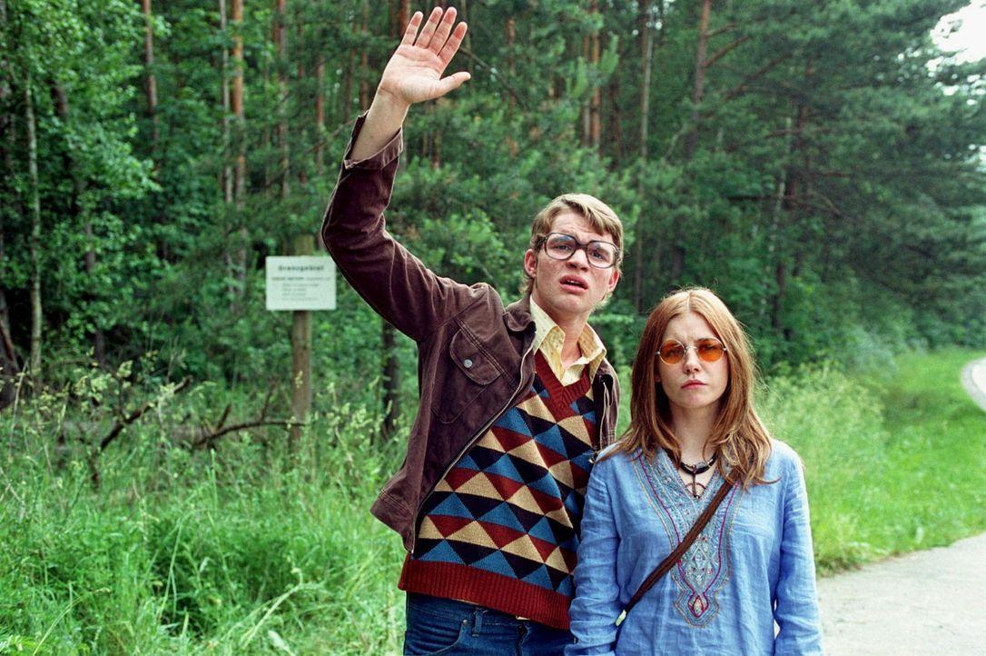 Der Bus mit ihrer Klasse ist weg - und die beiden West-Jugendlichen Alexandra (Josefine Preuß, r.) und Ditmar Petersen (Tobias Schenke, l.) stehen m... - Bildquelle: Aki Pfeiffer Sat.1