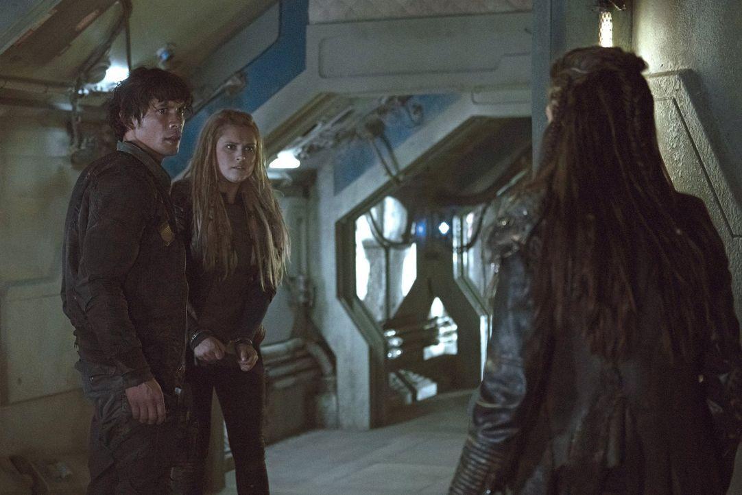 Octavia (Marie Avgeropoulos, r.) schleust Clarke (Eliza Taylor, l.) ins Camp, in der Hoffnung sie könnte Bellamy (Bob Morley, M.) zur Vernunft bring... - Bildquelle: 2014 Warner Brothers