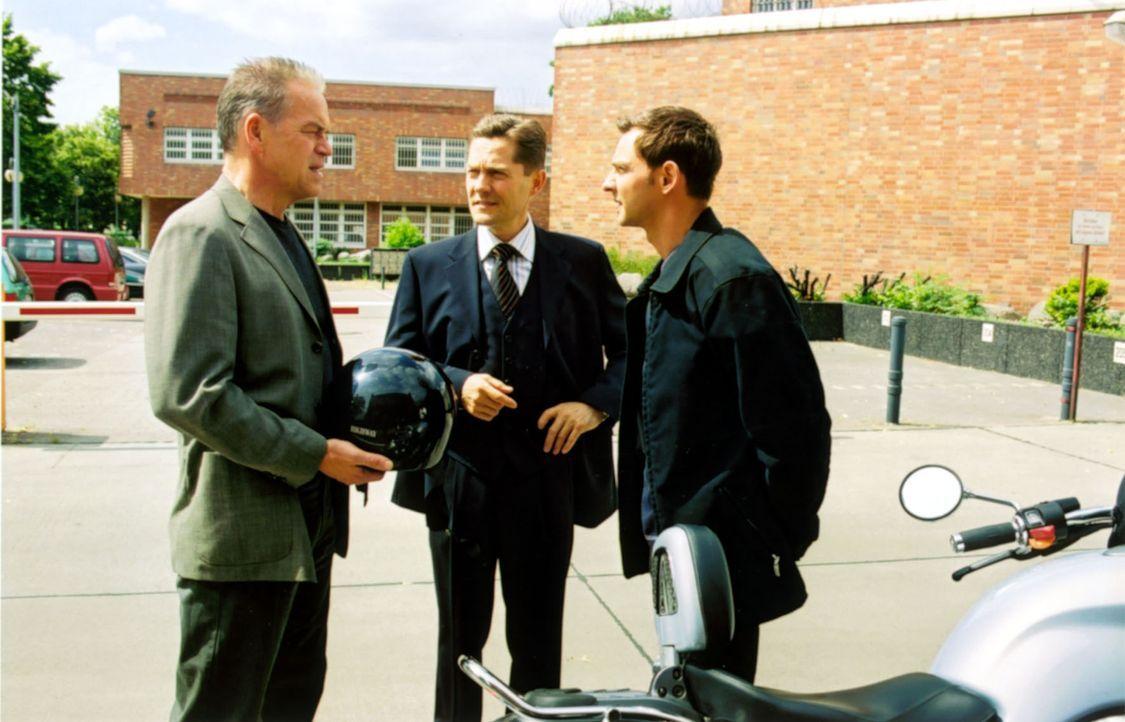 Der junge Drogendealer Adrian hat sich erhängt. Vor dem Gefängnis treffen Kommissar Wolff (Jürgen Heinrich, l.) und Tom (Steven Merting, r.) auf den... - Bildquelle: Claudius Pflug Sat.1