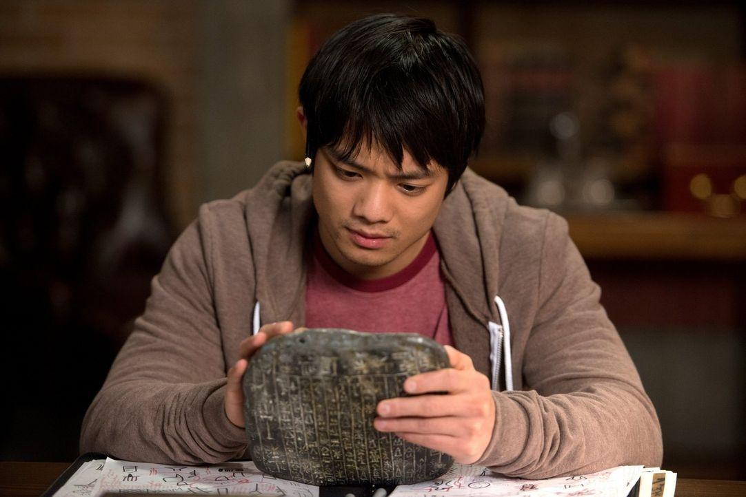 Kevin (Osric Chau) macht eine erstaunliche Entdeckung auf der Tafel, doch hat er genügend Zeit, die Zeichen zu entziffern? - Bildquelle: 2013 Warner Brothers