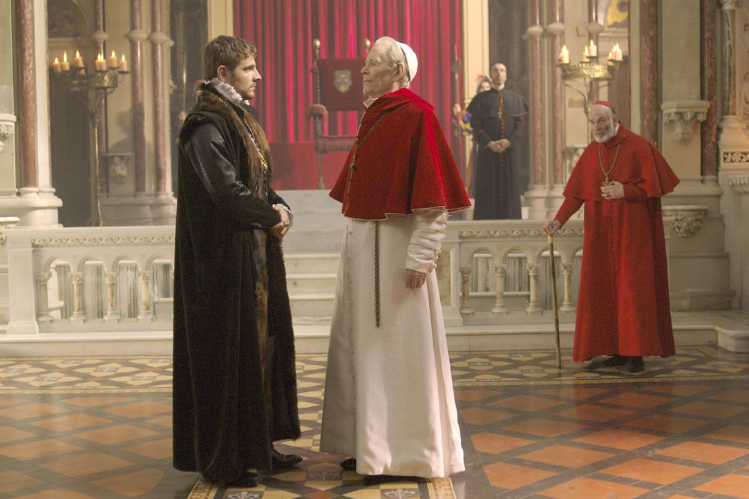 Master William Brereton (James Gilbert, vorne l.) hofft auf die Hilfe von Papst Paul III (Peter O'Toole, vorne r.), der jedoch schickt ihn nach Engl... - Bildquelle: 2008 TM Productions Limited and PA Tudors II Inc. All Rights Reserved.
