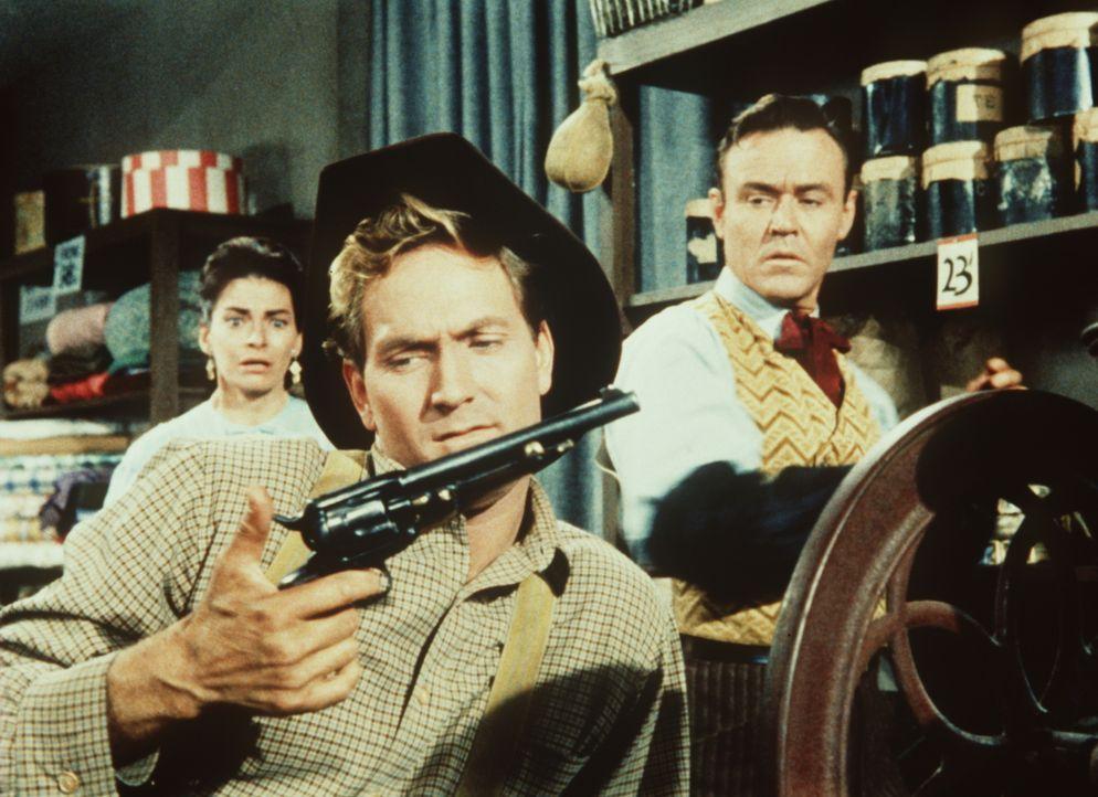 Der Gangster Perkins (Gregory Walcott, M.) versucht von dem Kaufmann Cameron (Darsteller unbekannt) und dessen Frau Beth (Nancy Dale, l.) Schutzgeld... - Bildquelle: Paramount Pictures