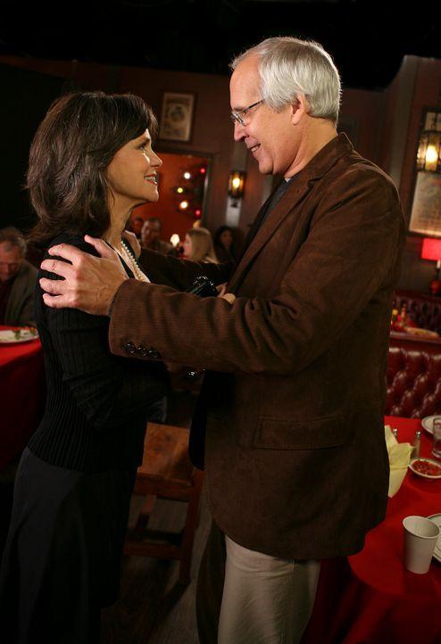 Nora Walker (Sally Field, l.) hat ein Date mit Stan Harris (Chevy Chase, r.), ihrer ersten großen Liebe ... - Bildquelle: Disney - ABC International Television