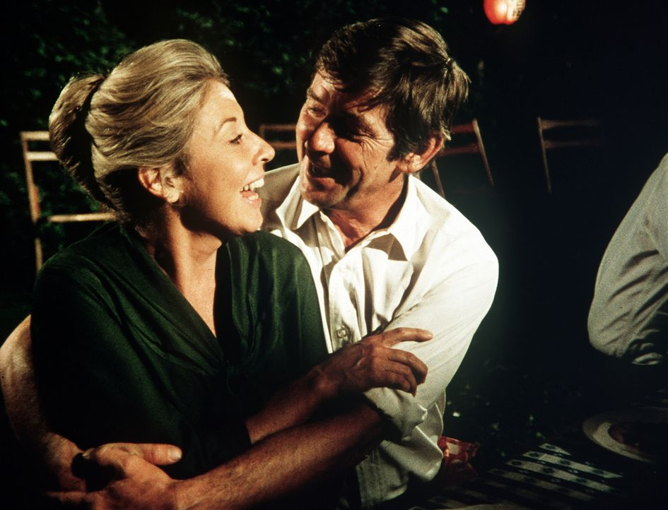 John (Ralph Waite, r.) und Olivia (Michael Learned, l.) lachen gemeinsam darüber, dass John jetzt doch an dem Klassentreffen teilnehmen musss ... - Bildquelle: WARNER BROS. INTERNATIONAL TELEVISION