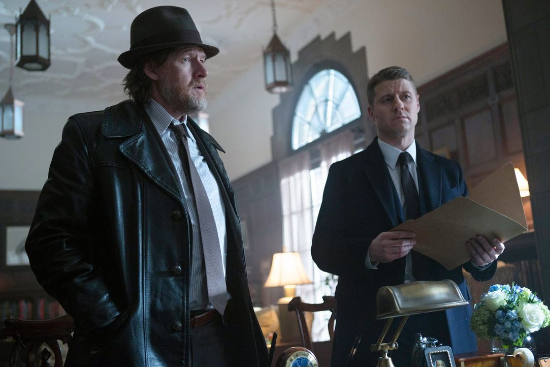 Ein durchgedrehter Biologielehrer treibt in Gotham sein Unwesen. Gordon (Ben McKenzie, r.) und Bullock (Donal Logue, l.) versuchen alles, um ihn din... - Bildquelle: Warner Bros. Entertainment, Inc.