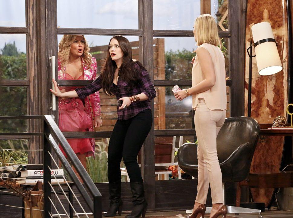 Während sich Max (Kat Dennings, M.) und Caroline (Beth Behrs, r.) in Randys Haus um dessen Hund Bruno kümmern, bekommen sie unerwartet Besuch von So... - Bildquelle: 2016 Warner Brothers