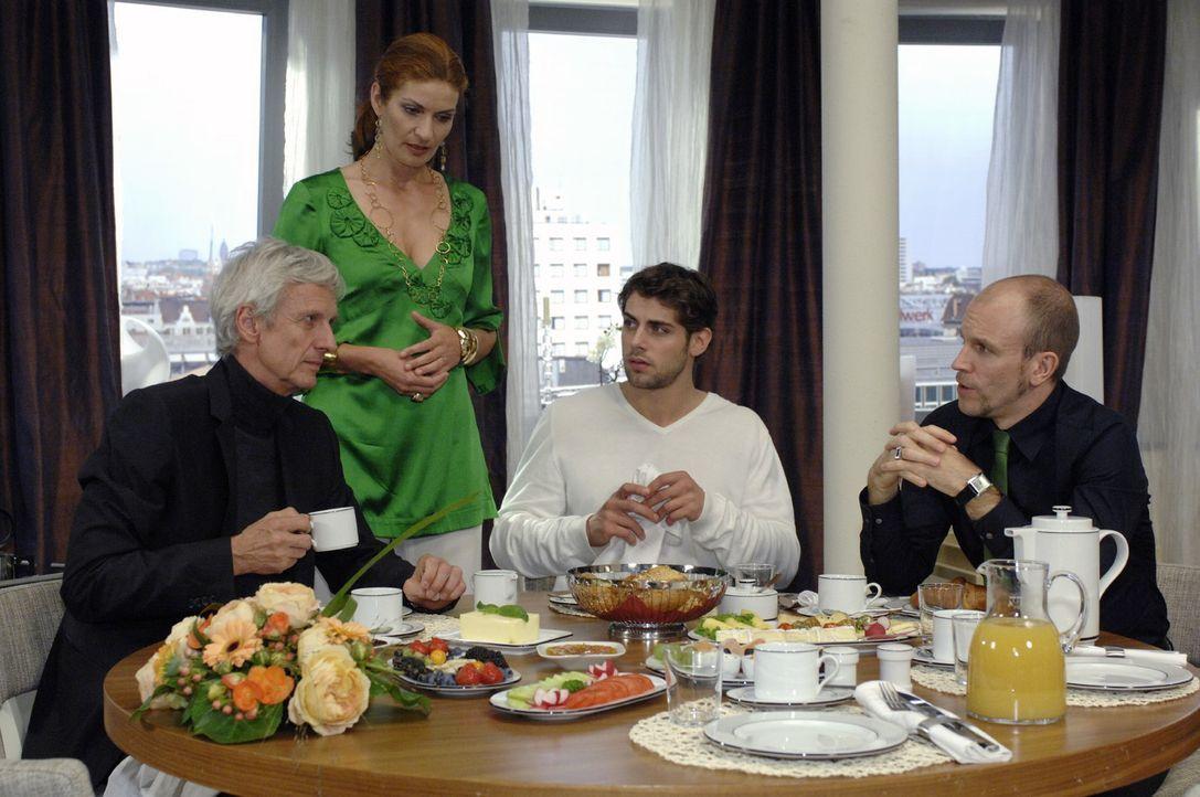 Beim Familienbrunch teilt Robert (Mathieu Carrière, l.) Natascha (Franziska Matthus, 2.v.l.), Jonas (Roy Peter Link, 2.v.r.) und Gerrit (Lars Löllma... - Bildquelle: Oliver Ziebe Sat.1