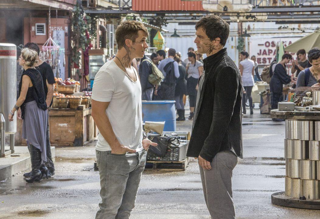 Während Castor (Johnathon Schaech, r.) dem Besuch der Menschen zuversichtlich entgegen sieht, hat Roman (Matt Lanter, l.) Zweifel daran, dass dieser... - Bildquelle: 2014 The CW Network, LLC. All rights reserved.