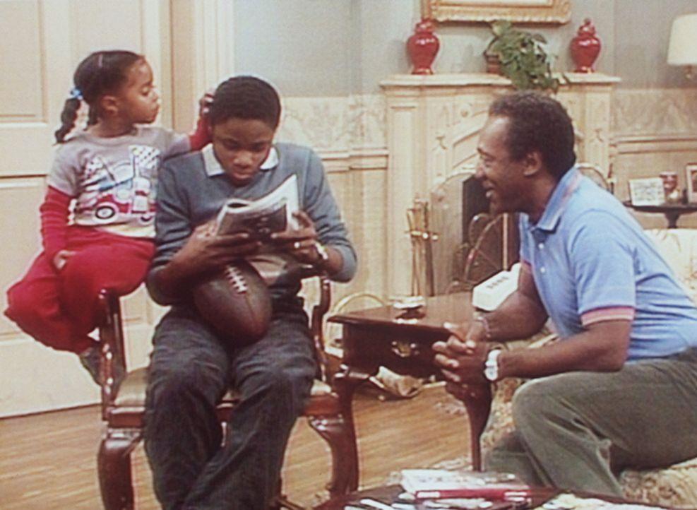Cliff (Bill Cosby, r.) versucht, von Theo (Malclom-Jamal Warner, M.) und Rudy (Keshia Knight Pulliam, l.) mehr über den neuen Freund von Denise zu... - Bildquelle: Viacom