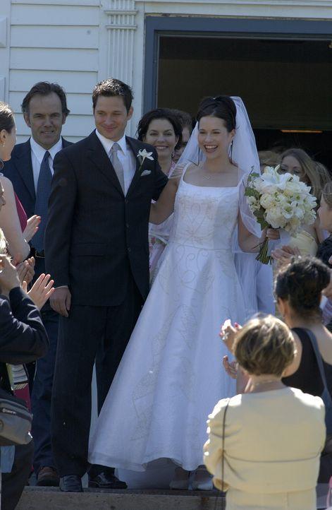 Während die Privatdetektivin Bobbi Bacha (Sela Ward, 2.v.r.) die Hochzeit ihrer Tochter (Janaya Stephens, r.) feiert, dreht ihre Klientin völlig dur... - Bildquelle: 2004 Sony Pictures Television Inc. All Rights Reserved.