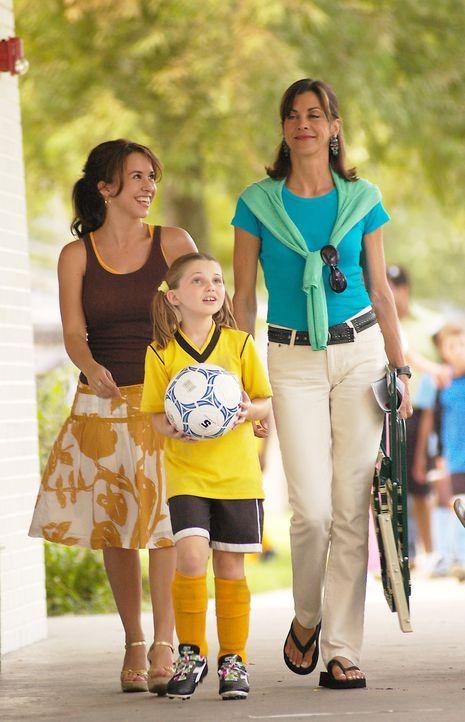 Mit Hilfe ihrer exzentrischen Mutter Barbara (Wendie Malick, r.) lernt die junge Studentin Olivia (Lacey Chabert, l.), die nach dem Unfalltod ihres... - Bildquelle: ABC Family