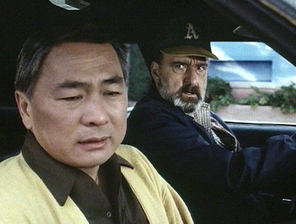 Mark (Victor French, r.) vermutet, dass Danny (Alvin Ing, l.) etwas vor ihm verheimlicht. - Bildquelle: Worldvision Enterprises, Inc.