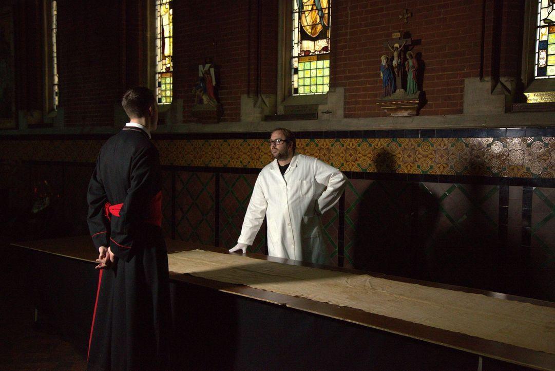 Glaube vs. Wissenschaft. Ein Mitarbeiter des Vatikans und ein Wissenschaftler überlegen, an welcher Stelle sie das Grabtuch von Turin anschneiden, u... - Bildquelle: ELLIE
