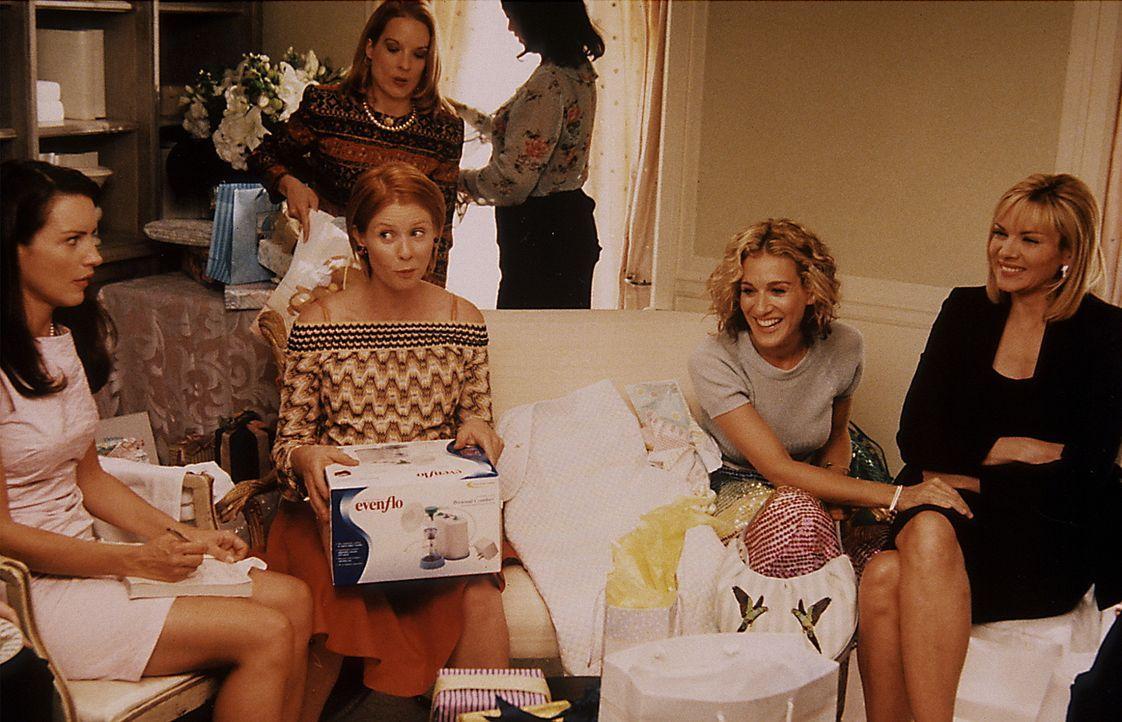 Mirandas (Cynthia Nixon, 2.v.l.) Job nimmt sie so in Anspruch, dass sie es kaum schafft, die nötigen Baby-Vorbereitungen zu treffen. Deshalb arrangi... - Bildquelle: Paramount Pictures