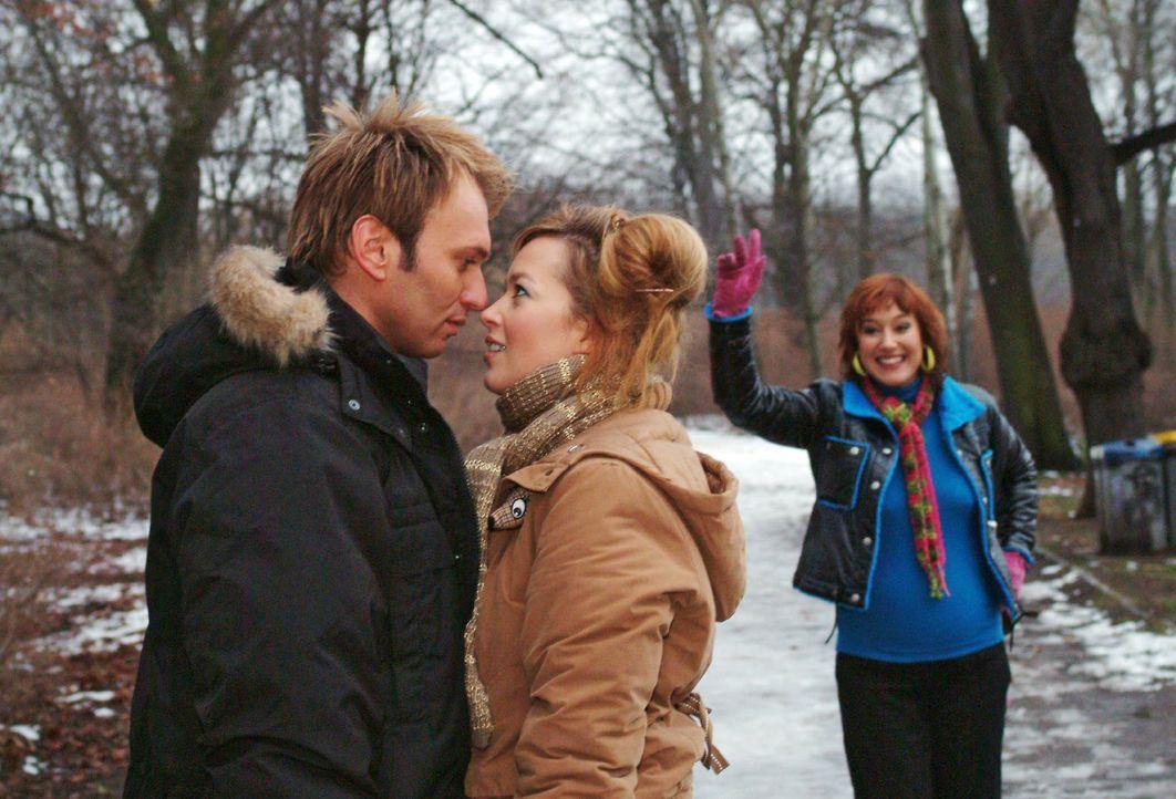 Als sich Hannah (Laura Osswald, M.) und Marc (Jean-Marc Birkholz, l.) nahe kommen, platzt Yvonne (Bärbel Schleker, r.) in die romantische Situation... - Bildquelle: Monika Schürle Sat.1