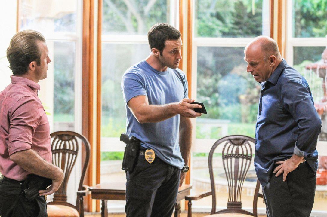 Bei den Untersuchungen in einem neuen Mordfall stoßen Steve (Alex O'Loughlin, M.) und Danny (Scott Caan, l.)  auf Henry Upton (Corbin Bernsen, r.).... - Bildquelle: 2013 CBS BROADCASTING INC. All Rights Reserved.