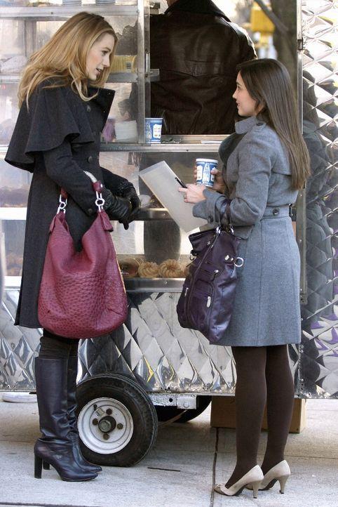 Ihr Leben wird durch ein Gerücht von Blair vollständig auf den Kopf gestellt: Miss Carr (Laura Breckenridge, r.) und Serena (Blake Lively, l.) ... - Bildquelle: Warner Brothers