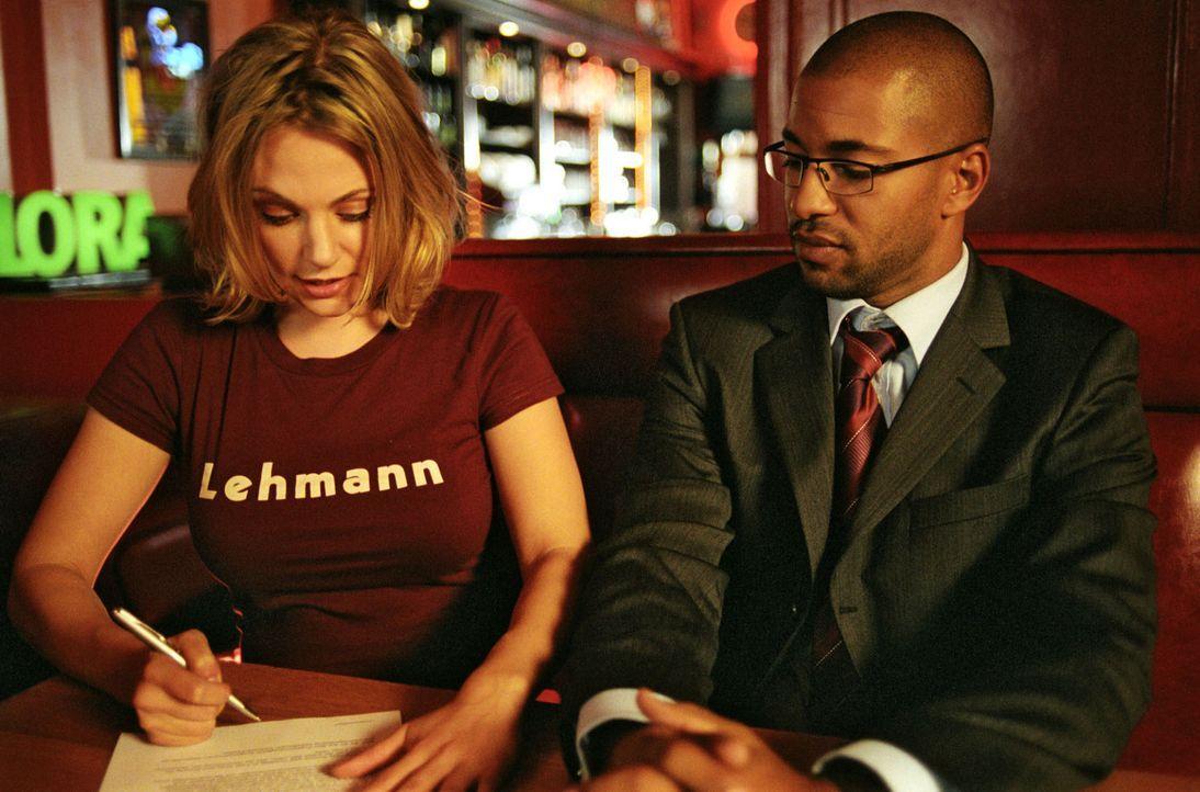 Der Deal ist perfekt: Leslie (Eva Hassmann, l.) unterzeichnet den Vertrag, der die Scheinehe mit Koofi (Tyron Ricketts, r.) regelt ... - Bildquelle: Sat.1