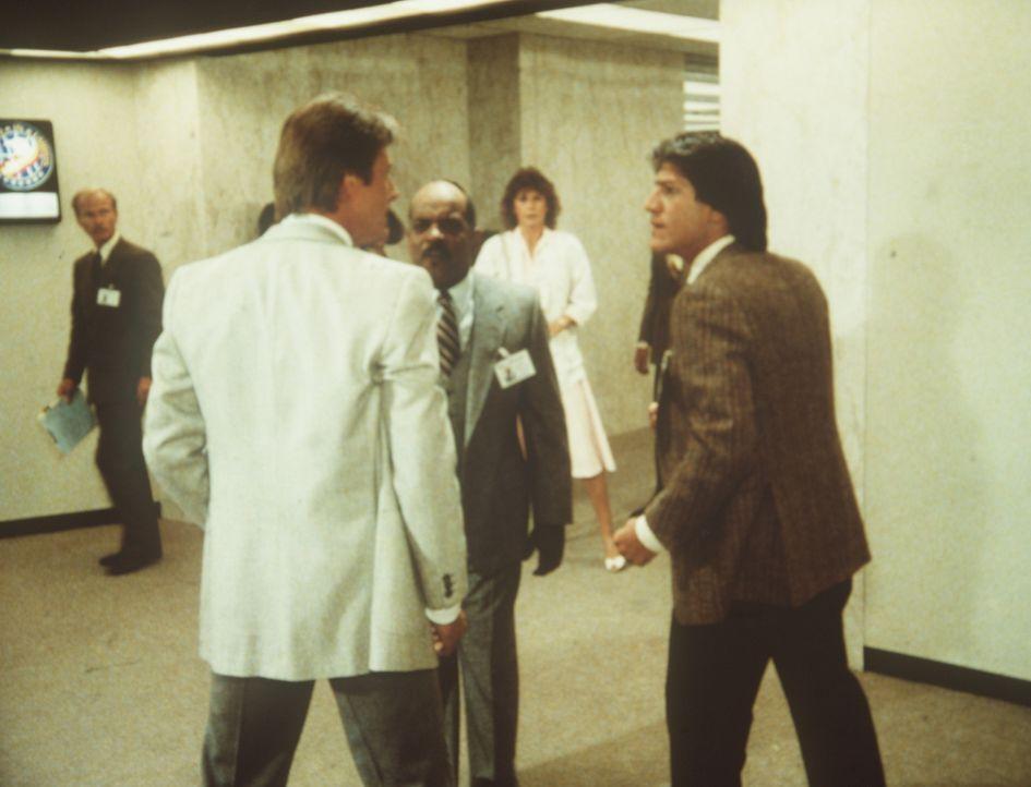 Lee (Bruce Boxleitner, l.) und sein ehemaliger Freund und Kollege Paul Barnes (Stephen Macht, r.) geraten in Streit. Billy (Mel Stewart, M.) und Ama...