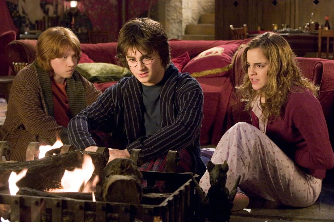 Für Zauberlehrling Harry Potter (Daniel Radcliffe, M.) beginnt das vierte Jahr auf Hogwarts. Große Aufgaben stehen bevor, nicht nur bei der Quidditc... - Bildquelle: 2005 Warner Bros. Ent. Harry Potter Publishing Rights. J.K.R.