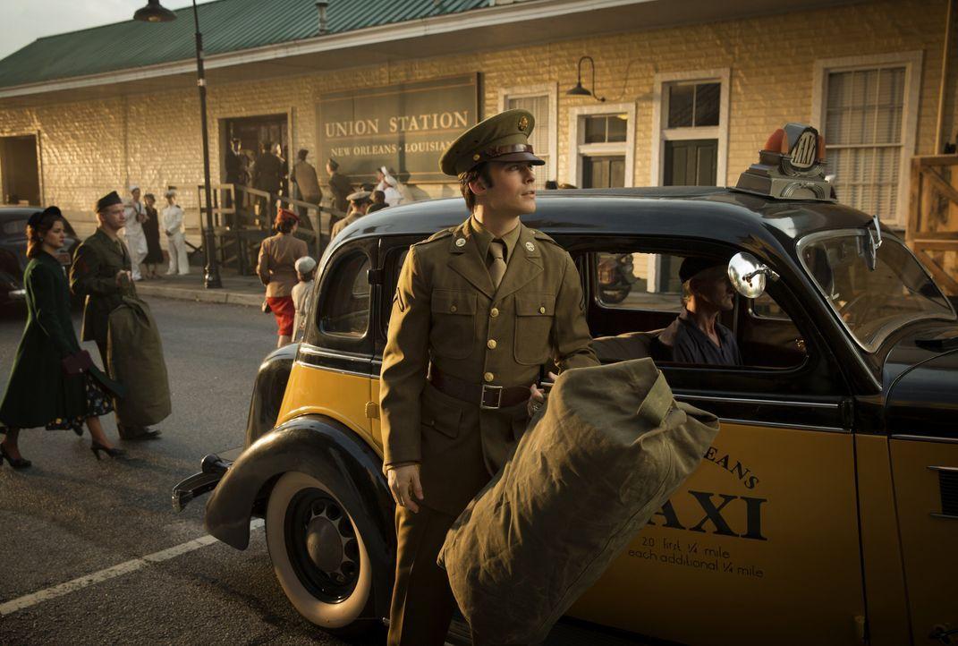 Damon steigt aus einem Taxi - Bildquelle: Warner Bros. Entertainment Inc.