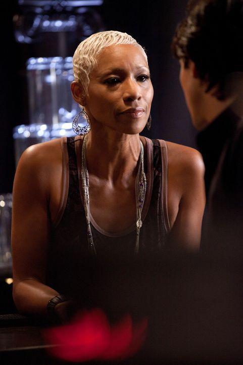 Hat die Hexe Gloria (Charmin Lee) eine Idee, warum Klaus beim Brechen des Fluches gescheitert ist? - Bildquelle: © Warner Bros. Entertainment Inc.