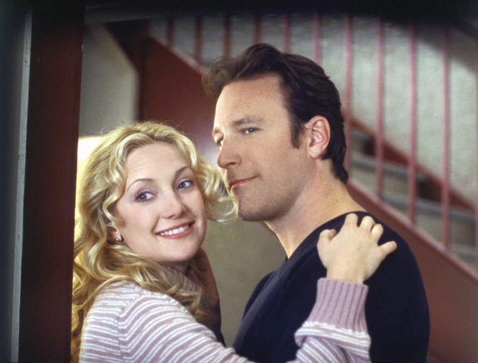 Nach einiger Zeit merken sie, dass sie sich zueinander hingezogen fühlen: Helen Harris (Kate Hudson, l.) und Pastor Dan Parker (John Corbett, r.) ... - Bildquelle: Touchstone Pictures. All rights reserved