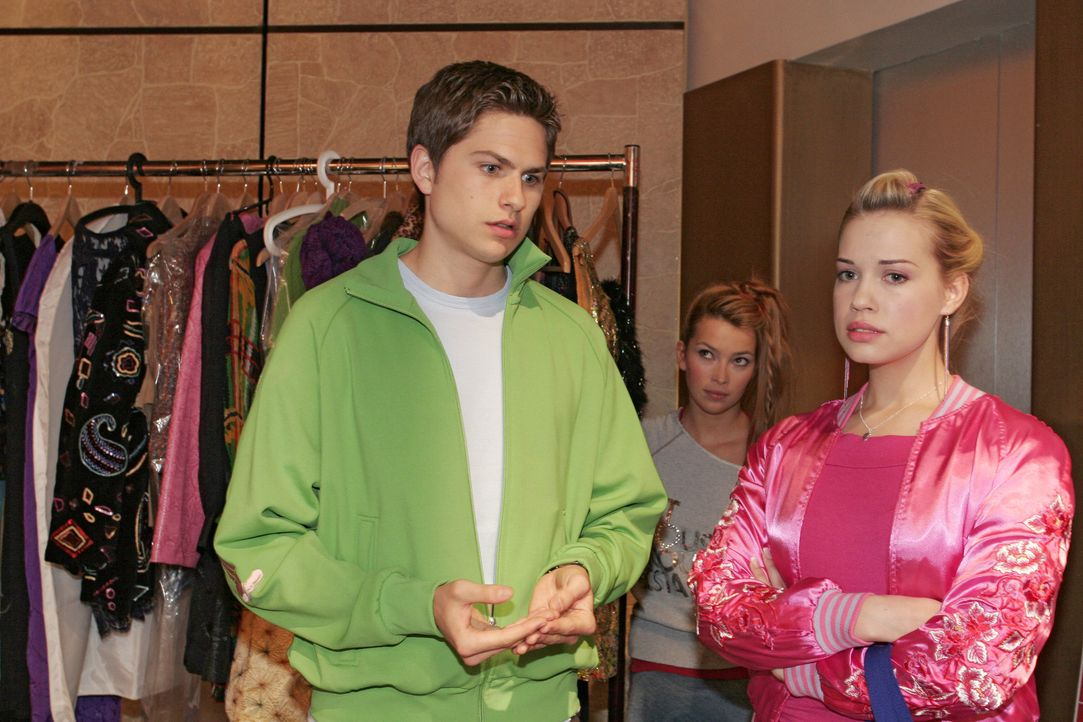 Hannah (Laura Osswald, M.) beobachtet, wie Timo (Matthias Dietrich, l.) Kim (Lara-Isabelle Rentinck, r.) energisch zu verstehen gibt, dass er ihr Ge... - Bildquelle: Sat.1
