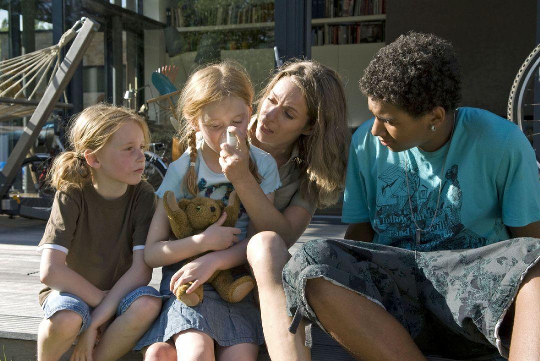 Als Tanja (Maja Rückert, 2.v.l.) einen Asthmaanfall bekommt, halten sich für einen Moment Marie (Lisa Martinek, 2.v.r.) und ihre Kinder im Arm. Ma... - Bildquelle: Jacqueline Krause-Burberg Sat.1