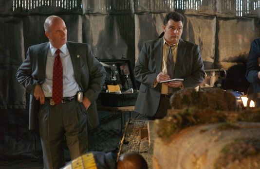 Cold Case - Lt. John Stillman (John Finn, l.) und Det. Nick Vera (Jeremy Ratc...