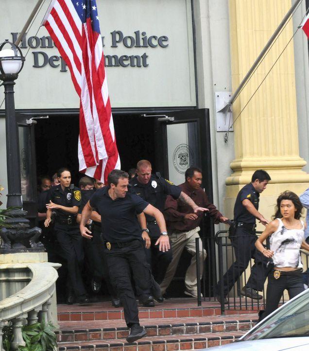 Müssen sich in Sicherheit bringen: Steve (Alex O'Loughlin, vorne l.) und Kono (Grace Park, r.) ... - Bildquelle: TM &   CBS Studios Inc. All Rights Reserved.