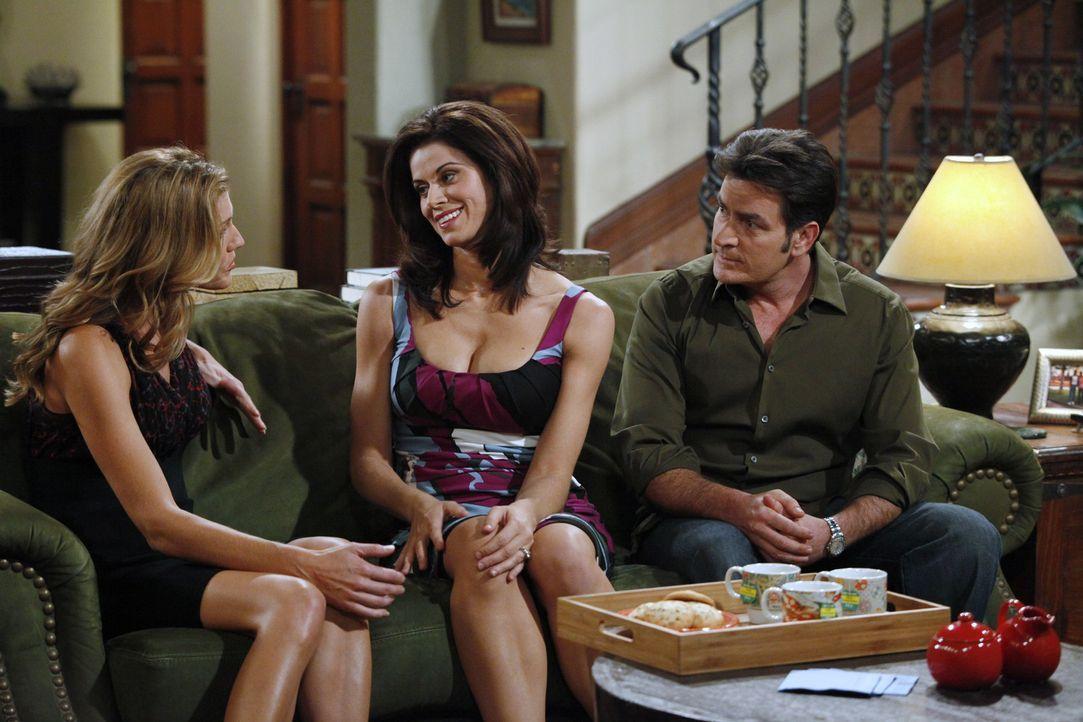 Chelseas (Jennifer Taylor, M.) Freundin Gail (Tricia Helfer, l.) hat eine schmerzhafte Trennung hinter sich, so dass Chelsea ihr anbietet, eine Weil... - Bildquelle: Warner Bros. Television