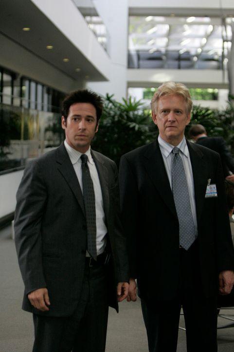 Oliver (Bruce Davison, r.) wird von Don (Rob Morrow, l.) über Jonas Hoke befragt ... - Bildquelle: Paramount Network Television