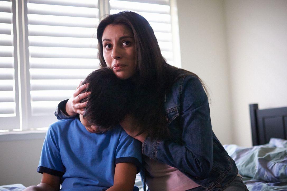 Mütter können kämpfen wie Löwen: Marcela (r.) stellt sich für ihren Sohn Ryan (l.) sogar gegen die bewaffnete Gangführerin ... - Bildquelle: Steven Lungley Cineflix 2014