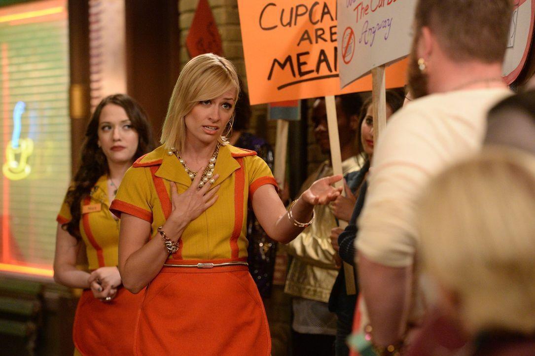 Da sind Caroline (Beth Behrs, vorne) und Max (Kat Dennings, hinten) ganz schön ins Fettnäpfchen getreten: Sie verweigern einem exzentrischen Künstle... - Bildquelle: Warner Brothers