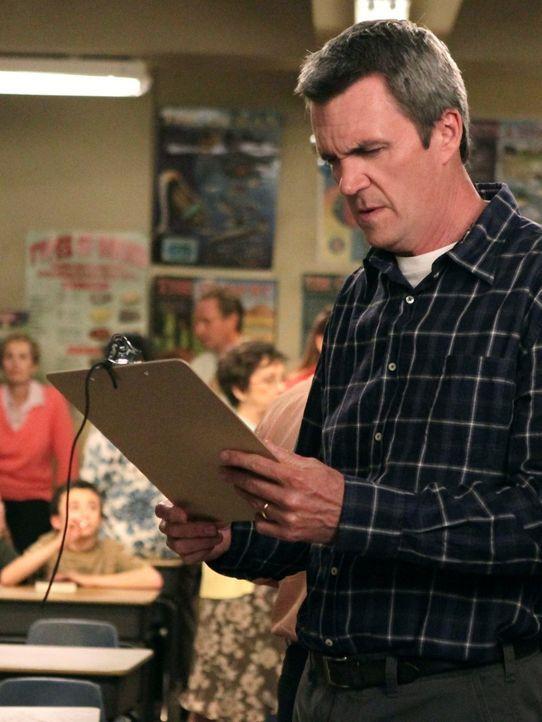 Weil Frankie arbeiten muss, soll Mike (Neil Flynn) zu Bricks Elternabend gehen und sich dort in eine Liste für Freiwilligenarbeit in der Schule eint... - Bildquelle: Warner Brothers