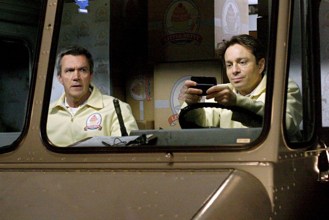 Sind die neuen Kuchenlieferanten des Bezirks: Mike (Neil Flynn, r.) und Bob (Chris Kattan) ... - Bildquelle: Warner Brothers