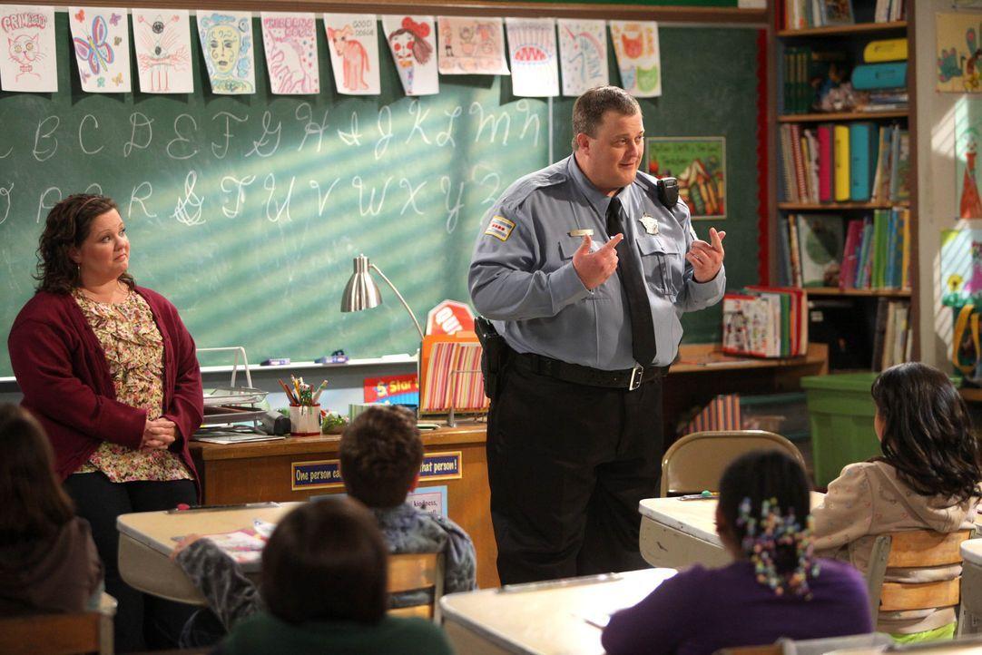 Mike Biggs (Billy Gardell, r.) geht der Bitte von Molly (Melissa McCarthy, l.) nach, ihren Schülern etwas über seinen Alltag als Polizist zu erzä... - Bildquelle: 2010 CBS Broadcasting Inc. All Rights Reserved.