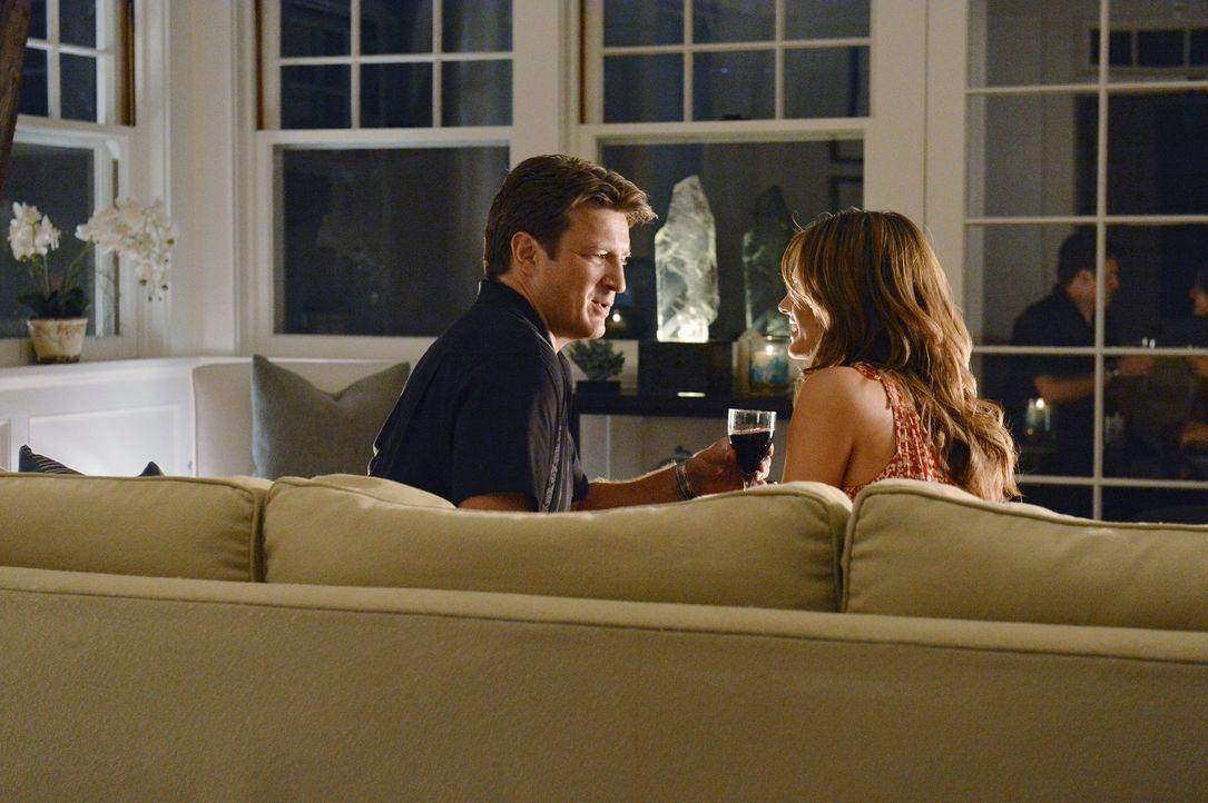 Castle (Nathan Fillion, l.) und Beckett (Stana Katic, r.) verreisen in die Hamptons, um dort ein romantisches Wochenende zu verbringen - ohne das Wi... - Bildquelle: 2012 American Broadcasting Companies, Inc. All rights reserved.