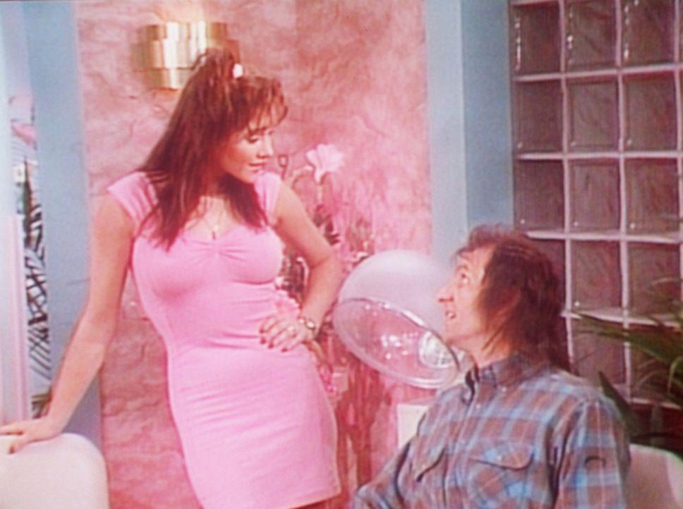 Die attraktive Haarstylistin Murphy (Charlie, l.) klärt den entsetzten Al (Ed O'Neill, r.) darüber auf, was man für einen Haarschnitt bezahlen muss.... - Bildquelle: Sony Pictures Television International. All Rights Reserved.