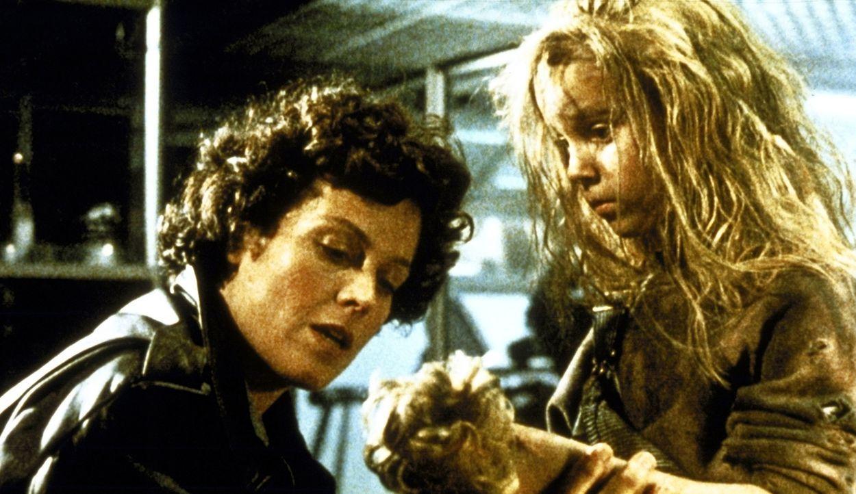 Ripley (Sigourney Weaver, l.) ist fest entschlossen, Newt (Carrie Henn, r.) vor den Aliens zu beschützen... - Bildquelle: 1986 Twentieth Century Fox Film Corporation. All rights reserved.