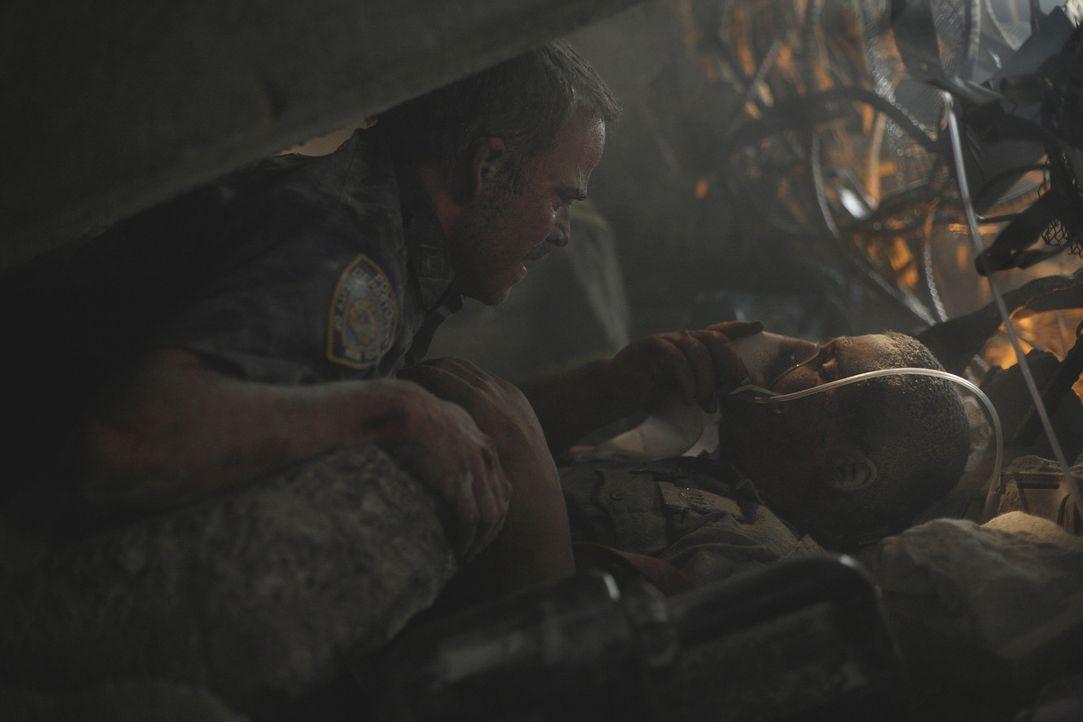 Begraben unter schier undurchdringlichen Betonbrocken harren die schwer verletzten Polizisten John McLoughlin (Nicolas Cage, l.) und Will Jimeno (Mi... - Bildquelle: TM &   Paramount Pictures. All Rights Reserved.