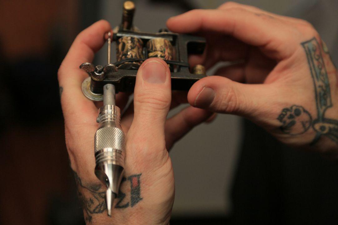 Eine genaue Kontrolle der Instrumente ist für jeden Tätowierer, der etwas von sich hält, von größter Wichtigkeit ... - Bildquelle: 2013 A+E Networks, LLC